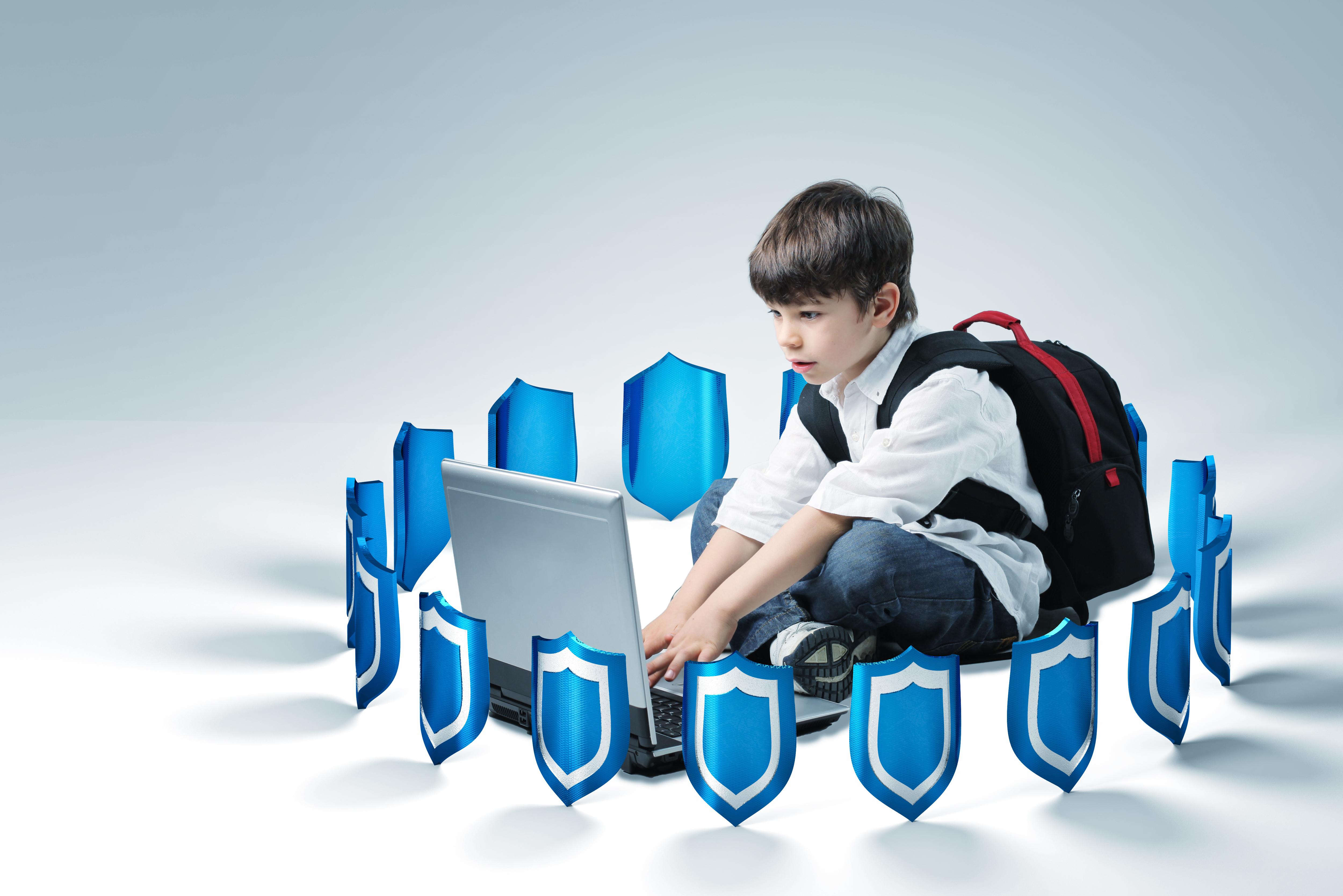 shutterstock_80631889-garçon cartable ordinateur bouclier