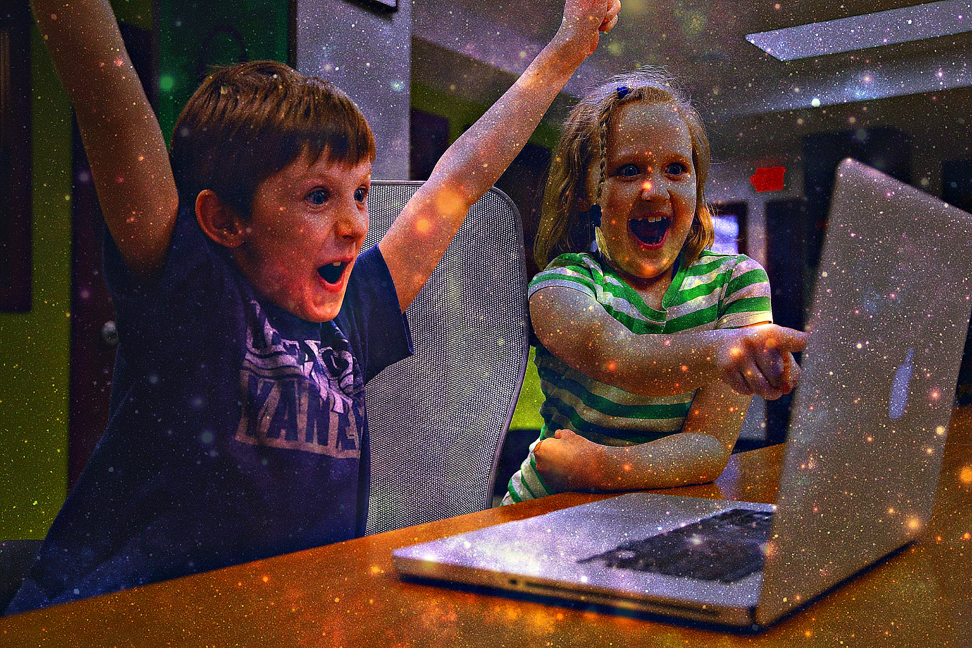 children happy on computer retravaillée-593313_1920